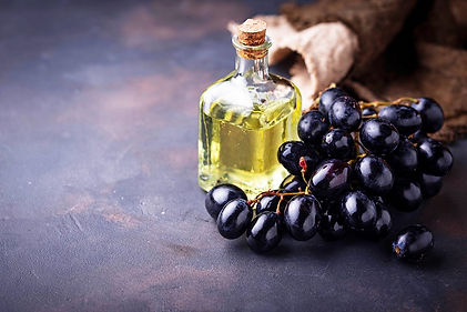 grape-seeds-oil-in-small-bottles-KLF8R7P