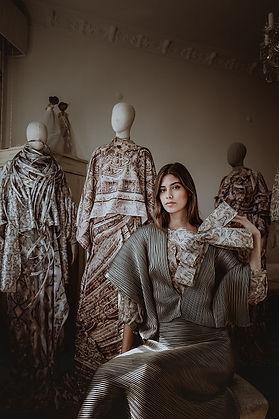 Özlem Süer'in Göbeklitepe'ye ithafen hazırladığı koleksiyon sergisi, Emel Özer küratörlüğünde Lazzoni Mobilya'nın New York'da bulunan Madison mağazasında gerçekleşiyor.
