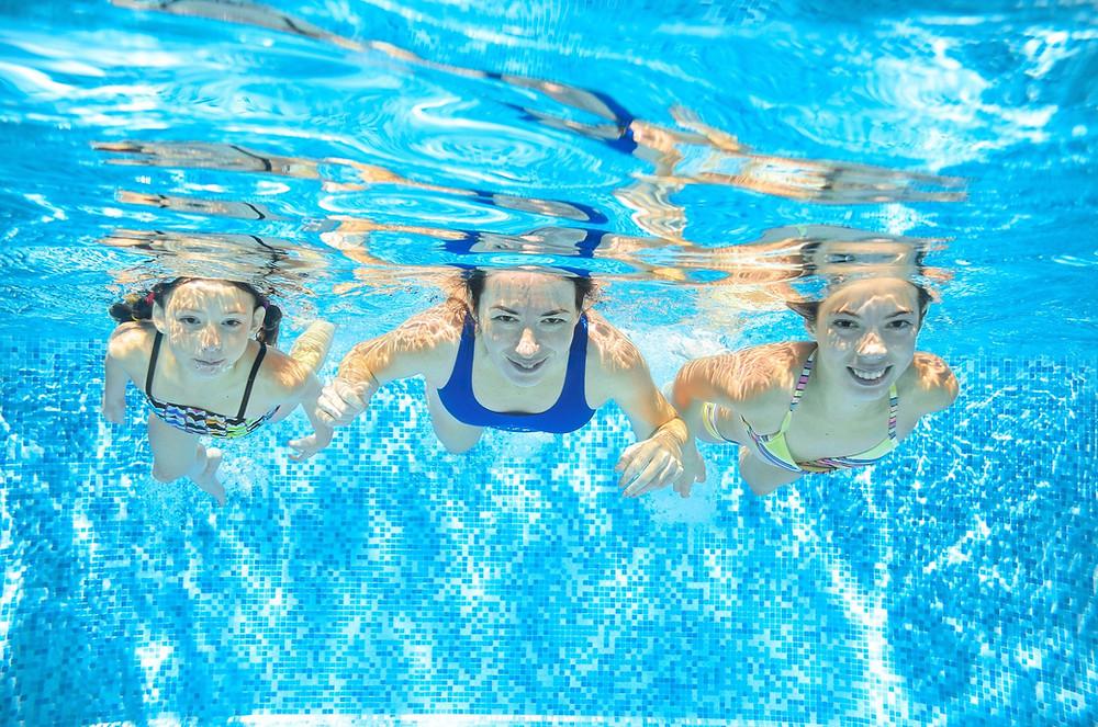 Agua limpia en una piscina