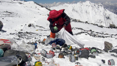 I rifiuti raccolti sull'Everest diventano opere d'arte