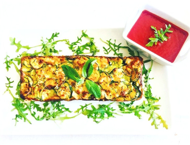 Zucchini-Parmesan cake and its tomato coulis