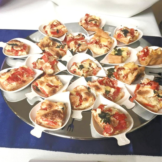 Mini-Quiche tomatoes & goat cheese with basil