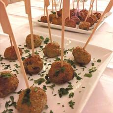 Skewers : organic chicken meatballs with cumin & coriander, yogourt sauce