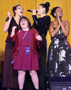 Idina_Menzel_and_student_performers_TUTS