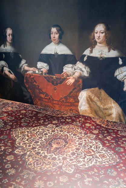 Detail carpet Café 6116 bronze dining table - Atelier Ruben van Megen