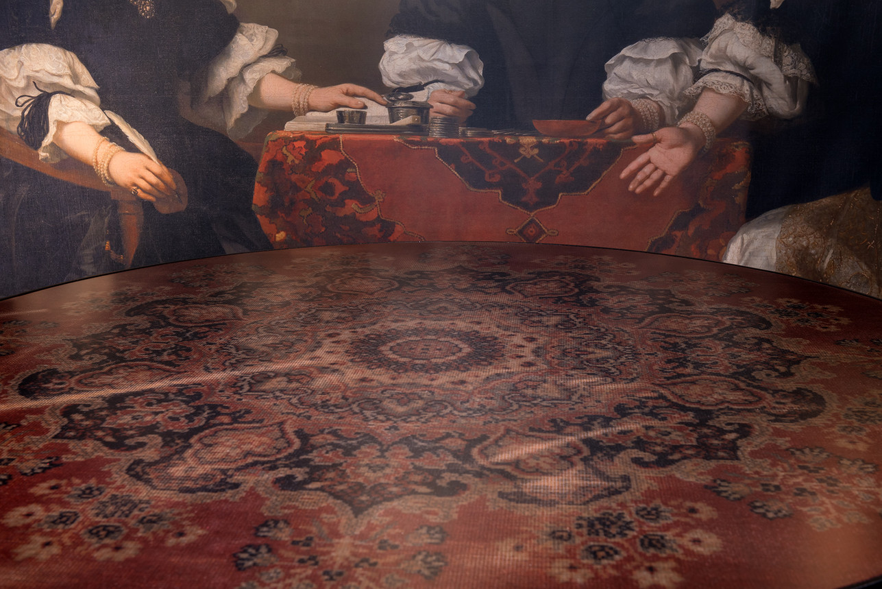 Detail carpet Café 6116 round dining table - Atelier Ruben van Megen