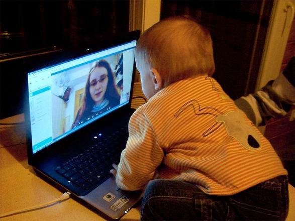 bébé devant un écran.jpg