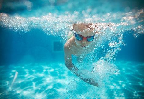 Barn svømmer.jpg
