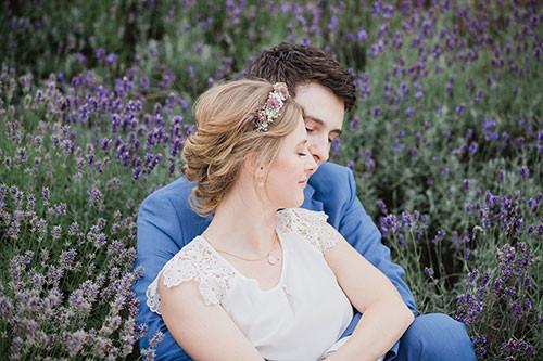 Brautpaar im Lavendelfeld