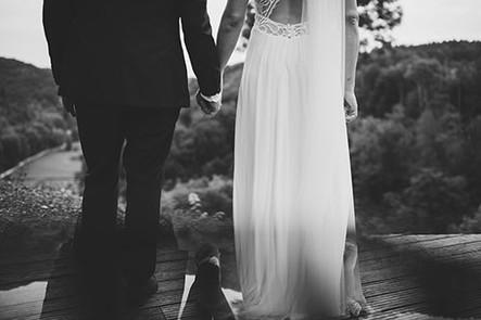 Detail mit Spiegelung Brautpaar von hinten Hände haltend