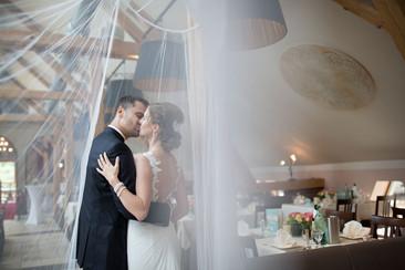 Regenhochzeit Brautpaar in Feierlocation