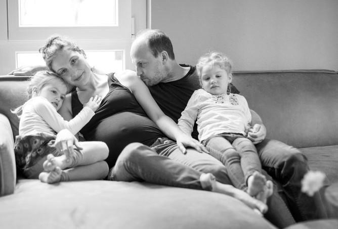 Schwangerschaft Babybauch werdende Mama mit Papa und Geschwistern Homestory