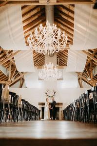 Hochzeitslocation Maisenburg mit Brautpaar im Festsaal