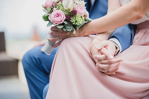 Detail Hände halten mit Brautstrauß