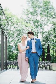 Braut und Bräutigam gehend