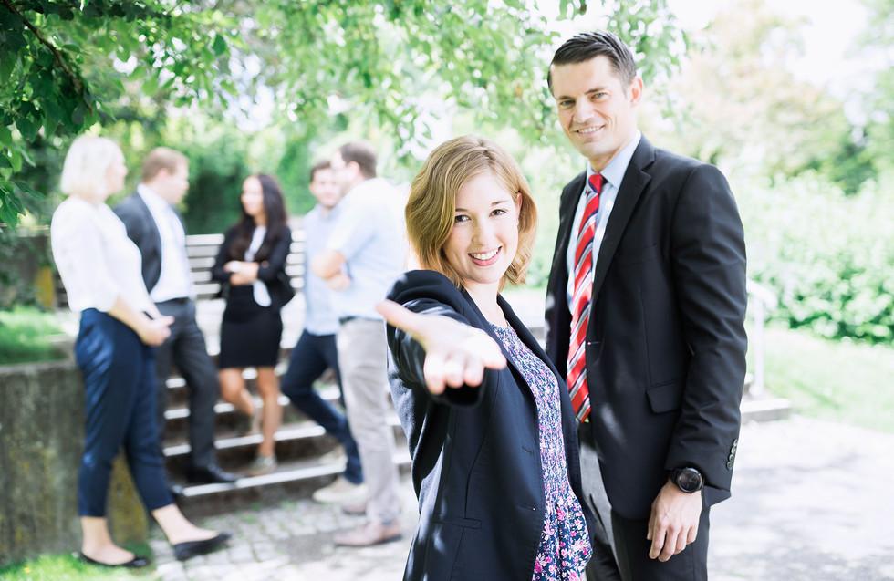 Businessfoto fokussiert mit Gruppe im Hintergrund