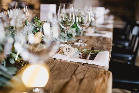 Hochzeitsdekoration eingedeckter Tisch
