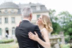 Hochzeitsfotografie Brautpaar lachend im Arm