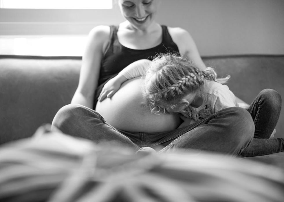 Schwangerschaft Babybauch werdende Mama mit Tochter
