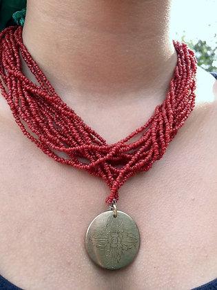 rote Korallen mit Amulett