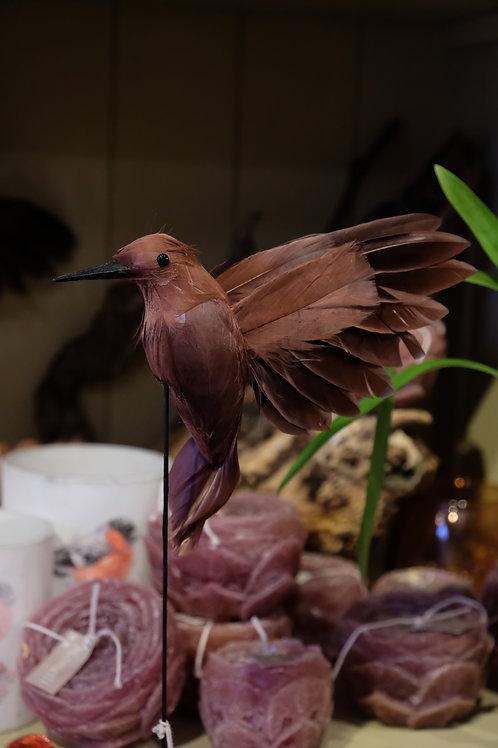 Vliegende vogel op staander