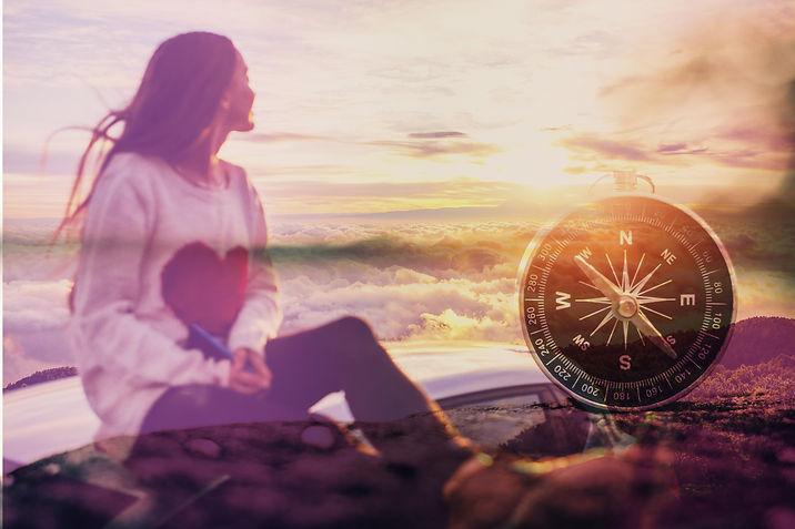 Woman looking above the clouds, following her inner compass. Eine Frau, die Übersicht hat und ihrem inneren Kompass folgt