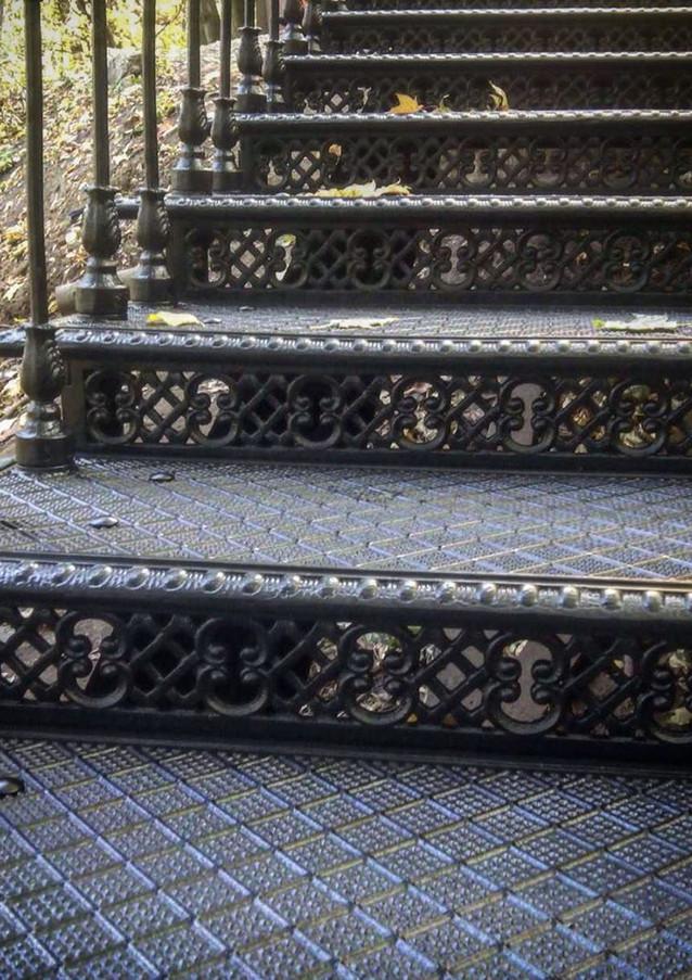 Чугунные ступени чугунной лестницы