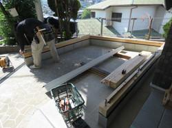 国産の杉材でできた柱の部分を除き、フラットバーを敷き込む。