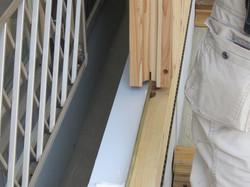 ログの柱にも溝が彫られており金属フラットバーに合わせて施工します。。