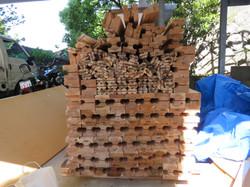 柱に製材された木材とジョイントを準備します。