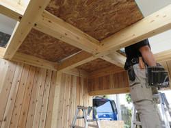 木製ガレージの天井に工務店の職人がOSB合板を設置。