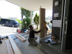 工務店の大工が木製ガレージの柱を建てます。