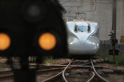 前ボケを利用した新幹線の写真撮影|福岡のカメラマン