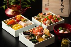 和室でおせち料理を柔らかい光とレフ板で撮影