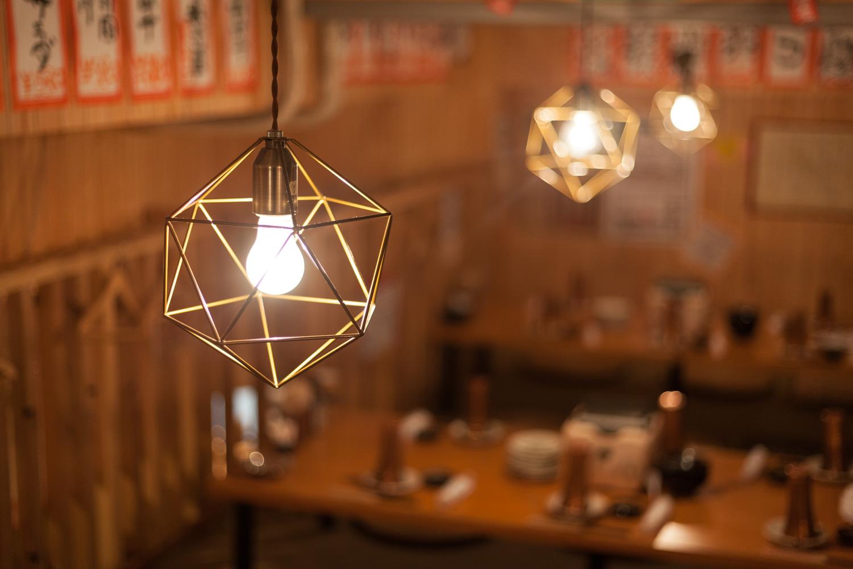 お座敷のテーブルを照らすライトを開放で撮影