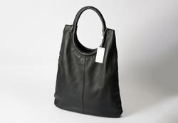 大容量の黒のレザーバッグ