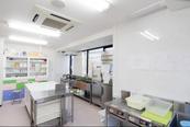 栄養士と給食員が給食を作る給食室