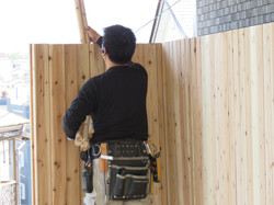 木の収縮で部材が組み合わされない場合は、ハンマーで叩きます。