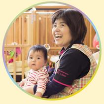 園児と保育士 | 長崎県佐世保市の新卒保育士就活