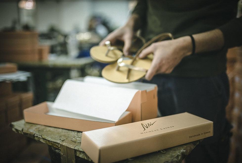 最高級の天然レザー素材、ギリシャの伝統的な技術などを用い1つ1つ手作業で仕上げておりクオリティーやデザイン性の高いシューズを作り続けています。