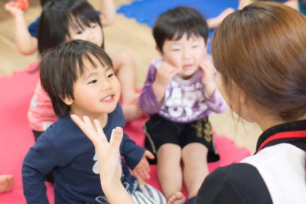 保育士が踊りやわらべ歌を教えます。