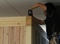 インパクトドライバーを使用し天井材を固定します。