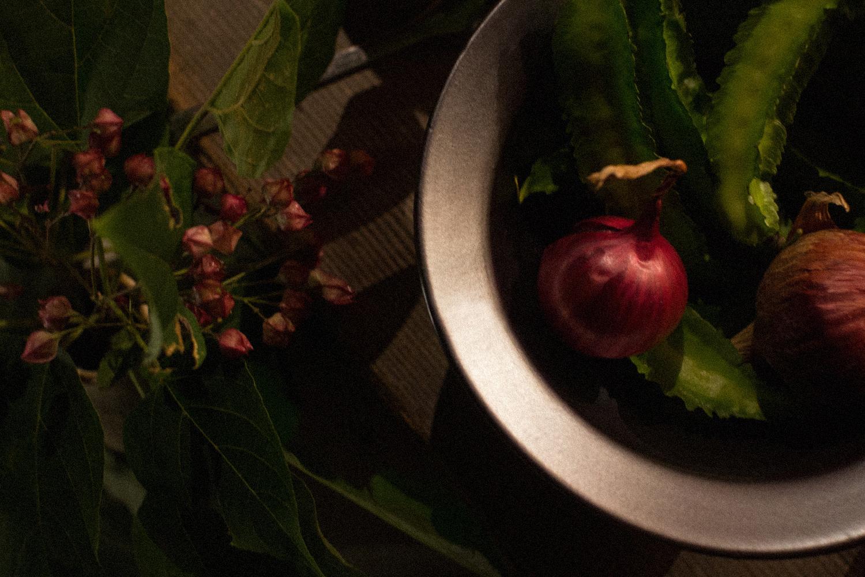 俯瞰からサイド光で陶器の器の料理を撮影