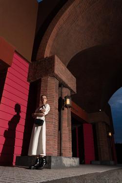 スポットライトのサイド光で外国人モデルを撮影
