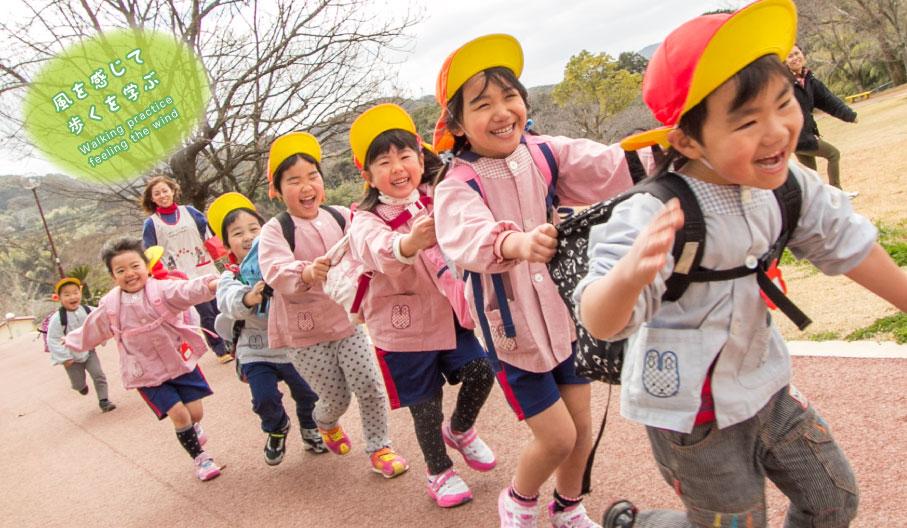佐世保市保育園の公園で遊ぶ園児