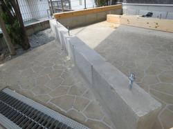 地面の水平をとり基礎ブロックを並べアンカーボルトを埋めて養生