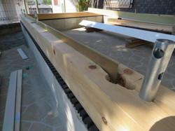木製ガレージの土台の溝に金属フラットバーを並べます。