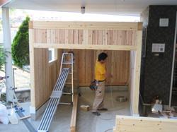 職人さんが桁材や丸太に電気配線を準備します。