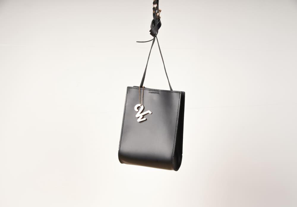 すっきりとしたデザインとチャームがポイントのバイス ベルサのバッグ