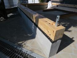 木製ログハウスの基礎ブロックの上に土台を敷く。